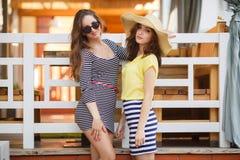 Deux belles jeunes femmes ayant l'amusement dans la ville Photo libre de droits