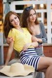 Deux belles jeunes femmes ayant l'amusement dans la ville Images libres de droits