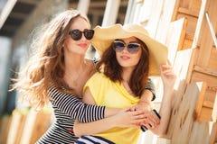 Deux belles jeunes femmes ayant l'amusement dans la ville Photos stock