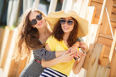 Deux belles jeunes femmes ayant l'amusement dans la ville Photographie stock libre de droits