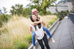 Deux belles jeunes femmes ayant l'amusement dans la ville Photos libres de droits