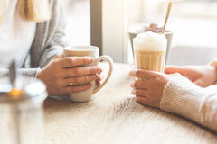Deux belles jeunes femmes dans un café, détail Image libre de droits