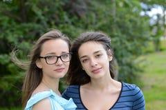 Deux belles jeunes femmes dehors Photo stock