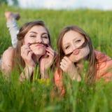 Deux belles jeunes femmes devenant folles à l'extérieur Photo stock