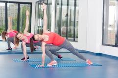 Deux belles jeunes femmes faisant l'exercice de gymnastique image stock