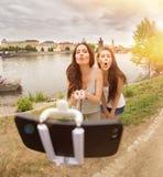 Deux belles jeunes femmes faisant le selfie Photographie stock