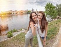 Deux belles jeunes femmes faisant le selfie Photos stock