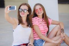 Deux belles jeunes femmes faisant le selfie Image stock