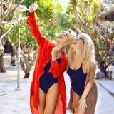 Deux belles jeunes femmes faisant le selfie Image libre de droits