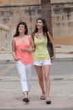 Deux belles jeunes femmes flânant en ville Image libre de droits
