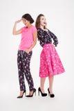 Deux belles jeunes femmes heureuses se tenant et riant Image stock