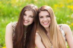 Deux belles jeunes femmes sur un pique-nique Photographie stock