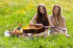 Deux belles jeunes femmes sur un pique-nique Photographie stock libre de droits