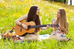 Deux belles jeunes femmes sur un pique-nique Images libres de droits