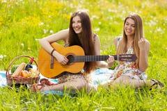 Deux belles jeunes femmes sur un pique-nique Image stock
