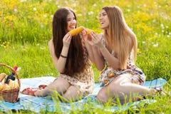 Deux belles jeunes femmes sur un pique-nique Photo libre de droits