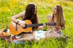 Deux belles jeunes femmes sur un pique-nique Image libre de droits