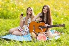 Deux belles jeunes femmes sur un pique-nique Photos stock