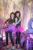 Deux belles jeunes filles avec la guitare électrique Photos stock