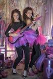 Deux belles jeunes filles avec la guitare électrique photographie stock