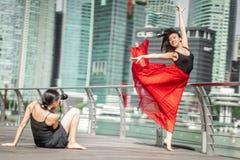Deux belles jeunes filles ayant le tir de photo d'amusement sur des WI d'une plate-forme Photographie stock libre de droits