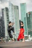 Deux belles jeunes filles ayant le tir de photo d'amusement sur des WI d'une plate-forme Image libre de droits