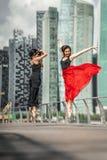 Deux belles jeunes filles ayant le tir de photo d'amusement sur des WI d'une plate-forme Photos libres de droits