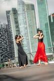 Deux belles jeunes filles ayant le tir de photo d'amusement sur des WI d'une plate-forme Images libres de droits