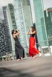 Deux belles jeunes filles ayant le tir de photo d'amusement sur des WI d'une plate-forme Images stock