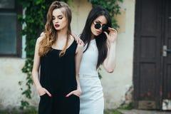 Deux belles jeunes filles dans des robes Image stock