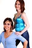 Deux belles jeunes filles dans une verticale. Image libre de droits