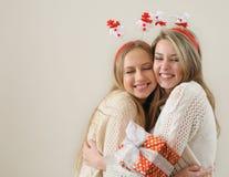 Deux belles jeunes filles s'embrassant et heureux au REC Photographie stock