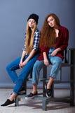 Deux belles jeunes filles sexy dans des jeans Mode Photographie stock