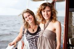 Deux belles jeunes filles sur le paquet du bateau Image stock
