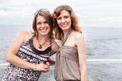 Deux belles jeunes filles sur le paquet du bateau Photos stock