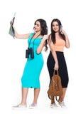 Deux belles jeunes filles sur un voyage allant de fond blanc Photographie stock