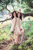 Deux belles jeunes soeurs de boho Photos stock