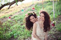 Deux belles jeunes soeurs de boho ayant l'amusement Photo stock