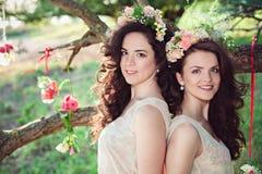 Deux belles jeunes soeurs de boho dans le summe Photos libres de droits