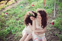 Deux belles jeunes soeurs de boho reposant étreindre Photographie stock