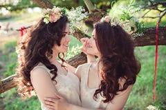 Deux belles jeunes soeurs de boho se regardant Photographie stock libre de droits
