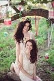 Deux belles jeunes soeurs de sourire de boho Photographie stock libre de droits