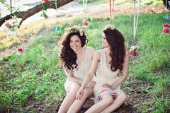Deux belles jeunes soeurs riantes de boho Image stock