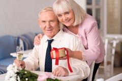 Deux belles personnes partageant leur bonheur Photo stock