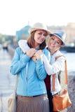 Deux belles rire et étreintes de filles dans la ville Photographie stock