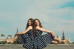 Deux belles soeurs de fille Photo libre de droits