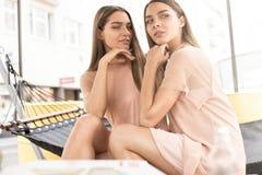 Deux belles soeurs de jumeaux passant le temps ensemble Photographie stock