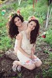 Deux belles soeurs de sourire de boho dehors en été Photographie stock libre de droits
