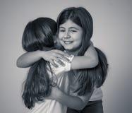 Deux belles soeurs s'?treignant en moments heureux ensemble photographie stock