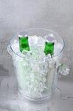 Deux bières vertes dans le seau à glace en cristal Photographie stock libre de droits